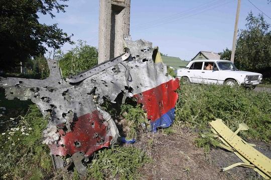 Phần thân máy bay có nhiều vết thủng như trúng đạn. Ảnh: Reuters