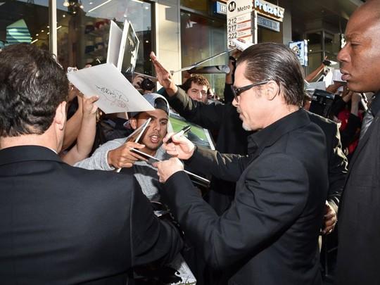 Brad ký tên cho người hâm mộ
