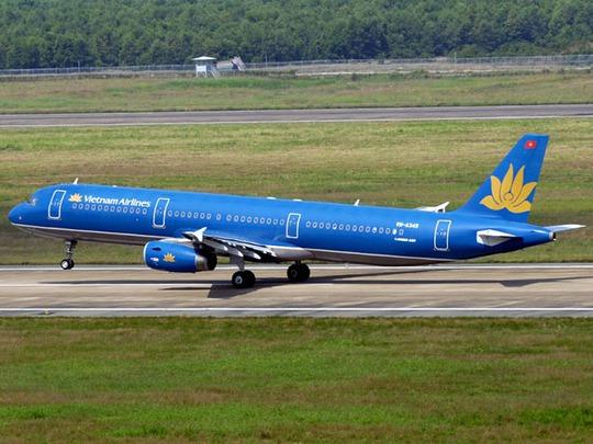 Một chiếc máy bay Airbus A321 của Vietnam Airlines trên đường băng