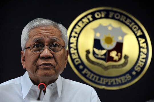 Ngoại trưởng Albert Del Rosario. Ảnh:Asia Week