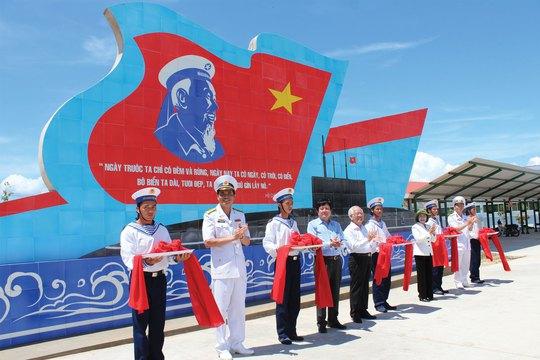 Lễ cắt băng khánh thành bức phù điêu dành tặng Lữ đoàn tàu ngầm 189