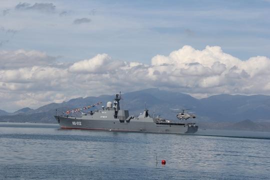 Chiến hạm tàng hình HQ-012 tham gia lễ thượng cờ trên 2 tàu ngầm Kilo 636 đầu tiên của Quân chủng Hải quân