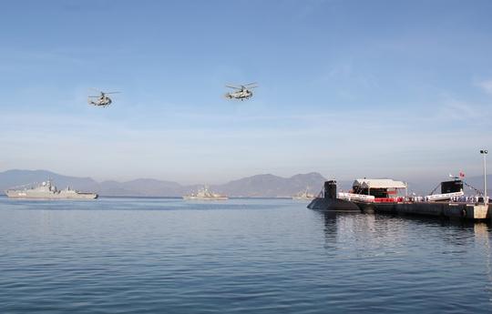 Chiến hạm tàng hình, tầu tên lửa và máy bay trực thăng săn ngầm trong lễ thượng cờ