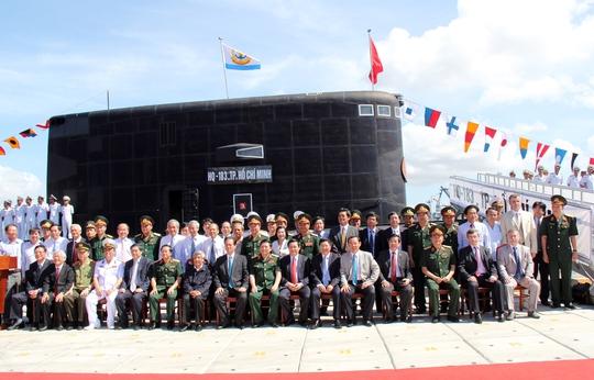 Thủ tướng Nguyễn Tấn Dũng và các quan chức cấp cao chụp ảnh lưu niệm trước tàu ngầm HQ-183 TP Hồ Chí Minh