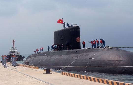 Lá cờ Tổ quốc tung bay trên đài chỉ huy Tàu ngầm TP Hồ Chí Minh tại quân cảng Cam Ranh