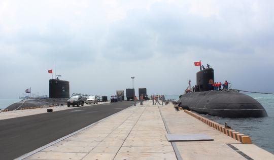 Tàu ngầm TP Hồ Chí Minh (bên trái) và Tàu ngầm Hà Nội tại quân cảng Tàu ngầm Lữ đoàn 189 Hải quân