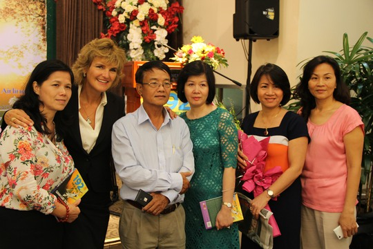 Annette sẽ cùng 4 người phụ nữ có chồng hi sinh trên chuyến bay Yak-40 và máy bay Mi-8 trở lại thăm Ô Kha trong ngày 13-8. Ảnh: First News.