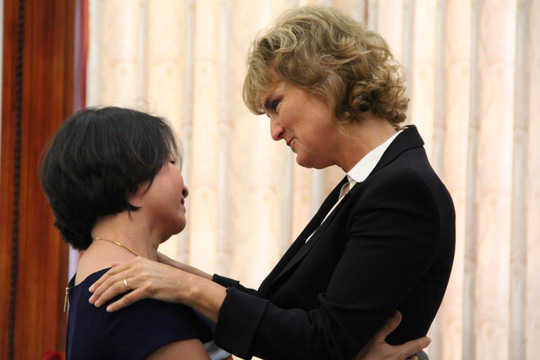 Annette và chị Nguyễn THị Lan - vợ cơ trưởng máy bay cứu hộ Mi-8. Ảnh: First News.