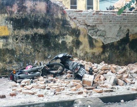 Hai chiếc xe máy bị vùi trong đống đổ nát