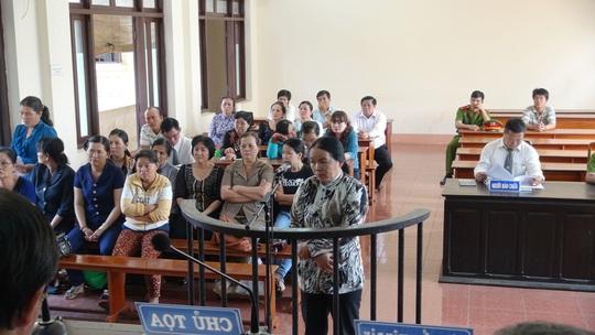 Toàn cảnh phiên tòa sơ thẩm vào sáng 1-4, xét xử vợ nguyên Viện trưởng VKSND huyện Hớn Quản, tỉnh Bình Phước, lừa đảo.