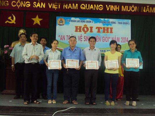 Ban tổ chức trao giải cho các đội đạt thứ hạng cao tại hội thi