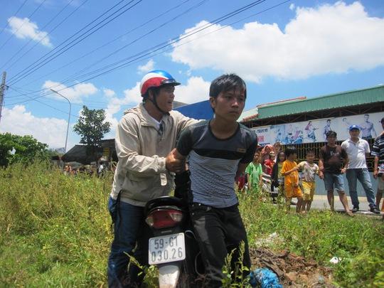 """Đối tượng Nguyễn Bá Phi bị """"hiệp sĩ"""" Nguyễn Thanh Hải cùng đồng đội bắt nóng sau khi trộm xe."""