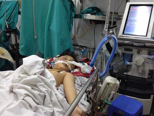 Bé Đỗ Doãn Lộc đang được cấp cứu tại Bệnh viện Việt Đức trong tình trạng hôn mê sâu, nguy cơ tử vong cao