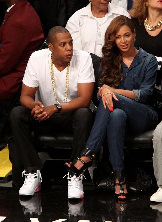 Hai vợ chồng sau đó vẫn cũng nhau đi xem bóng rổ vui vẻ. Ảnh: Reuters