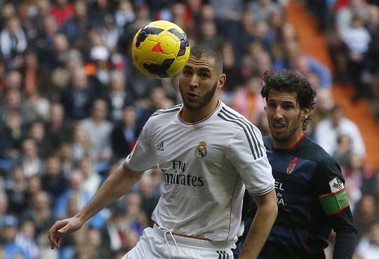 Benzema bỏ lỡ cơ hội ghi bàn trong hiệp 1