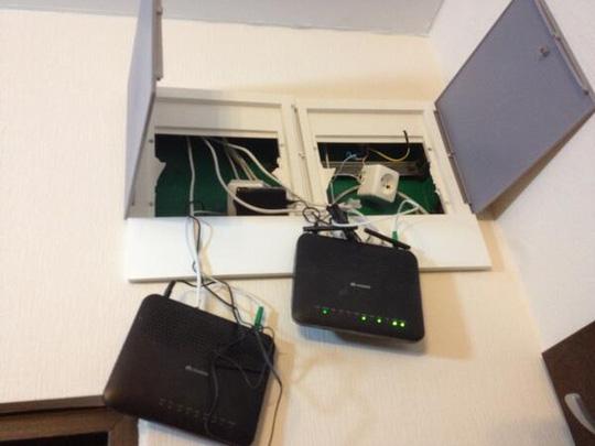 Thiết bị phát wifi lơ lửng trên trần nhà trong một khách sạn. Ảnh: Business Insider