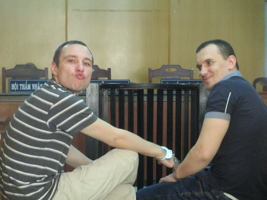 Hai bị cáo Surkov Dmitry Vladimirovich và Debenko Igor Miroslavovich tại tòa