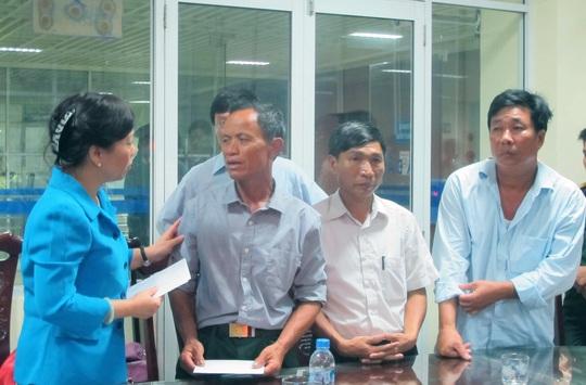Bộ trưởng Nguyễn Thị Kim Tiến (trái) thăm hỏi thân nhân các chiến sĩ bị thương