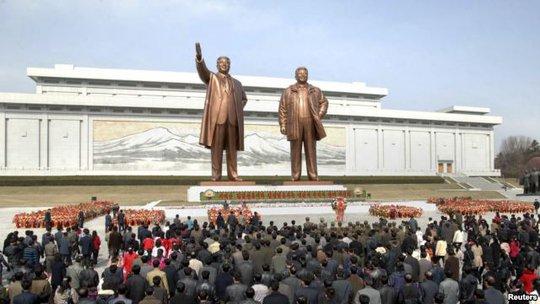 Tượng 2 cố nhà lãnh đão Triều Tiên Kim Nhật Thành (trái) và Kim Chính Nhật (phải). Ảnh: Reuters