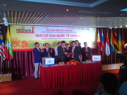 Tổng Thư ký Liên đoàn Cờ Việt Nam Nguyễn Phước Trung (trái) và Phó Tổng Giám đốc HDBank Lê Thành Trung tại lễ ký kéo dài thời hạn tài trợ cho giải