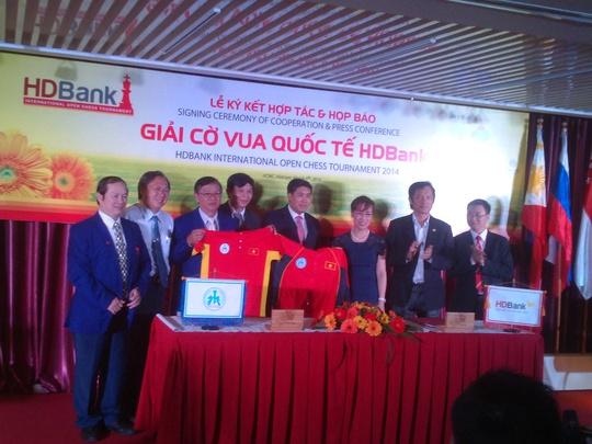 Đại diện lãnh đạo Liên đoàn cờ Việt Nam, Liên đoàn cờ TP HCM và nhà tài trợ HDBank trong lễ ký kết tài trợ cho đội tuyển
