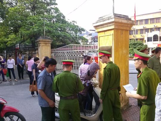Làm thủ tục trước cổng toà