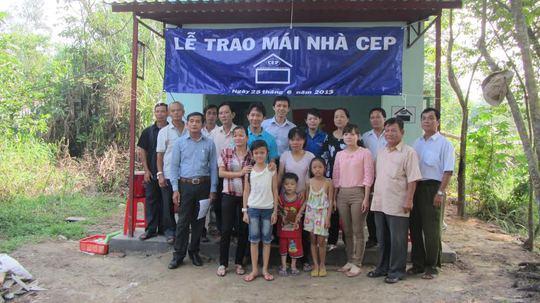 Chi nhánh trợ vốn CEP Trung An, huyện Củ Chi, TP HCM tặng Mái ấm CEP cho người nghèo ẢNH: VĨNH TÙNG