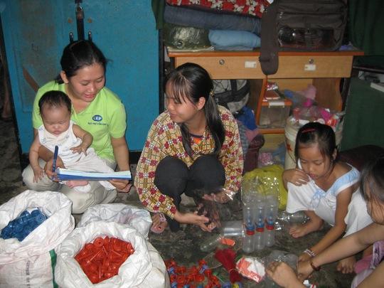 Nhân viên tín dụng Quỹ trợ vốn CEP thăm hỏi gia đình thành viên nghèo