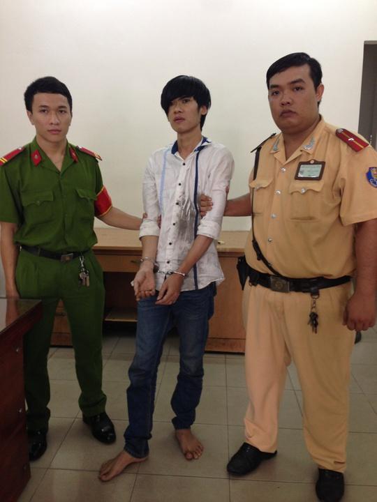 Thiếu úy Trần Lê Bảo Tú (bìa phải) cùng đồng đội bắt giữ Dũng sau khi nghe người dân hô cướp.