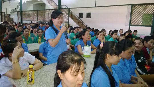 Công nhân Công ty Sambu Vina Sport (huyện Hóc Môn, TP HCM) phát biểu ý kiến tại một buổi đối thoại do LĐLĐ huyện tổ chức ẢNH: CAO HƯỜNG