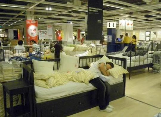 Người dân thoải mái ngủ trưa tại cửa hàng. Ảnh: odditycentral