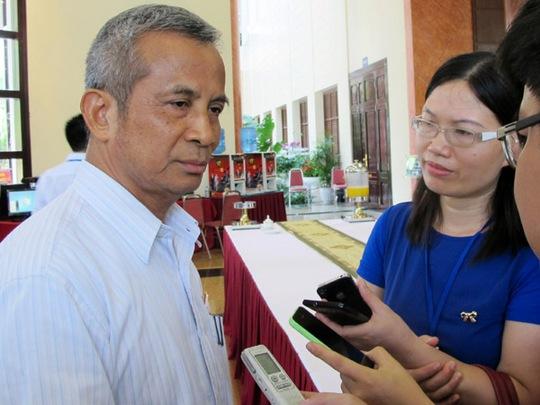 Chủ tịch Tổng LĐLĐ Việt Nam Đặng Ngọc Tùng trả lời báo chí ngày 21-5 bên hành lang Quốc hội