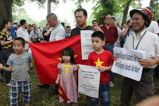 Những em bé Hà Nội cùng cha ông xuống đường phản đối Trung Quốc, bảo vệ chủ quyền Tổ quốc