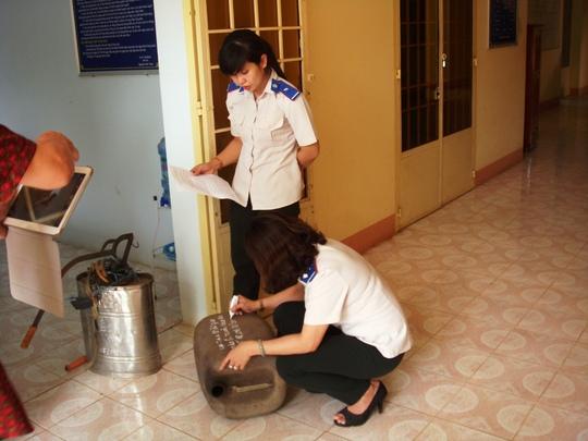 Cán bộ THADS tỉnh Bình Phước đang ghi nội dung trao – nhận chiếc can nhựa là