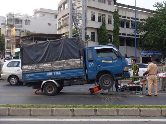Hiện trường xe tải leo dải phân cách sau khi đụng một người đi xe máy trọng thương vào chiều 4-4, trên đường Võ Văn Kiệt, phường 10, quận 5 - TP HCM.
