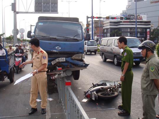 Lực lượng CSGT Đội Chợ Lớn đang đo vẽ hiện trường vụ tai nạn giao thông chiều 4-4, trên đường Võ Văn Kiệt, phường 10, quận 5 – TP HCM.