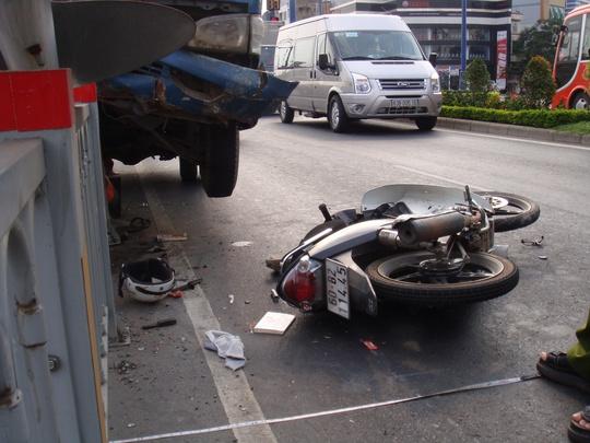 Người đàn ông điều khiển xe máy được chở đi cấp cứu sau khi bị xe tải đụng.