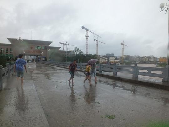 mưa bão khiến giao thương đình trệ