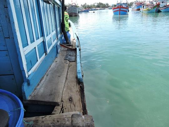 Tàu Trung Quốc vội rời đi sau khi đâm hỏng tàu cá Việt Nam