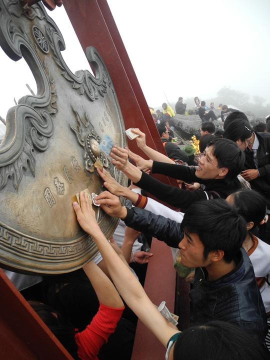Nhiều du khách vượt 17 km đi bộ lên Chùa Đồng xô đẩy, chen nhau chỉ để cọ tờ tiền vào chuông đồng, chùa đồng lấy may.