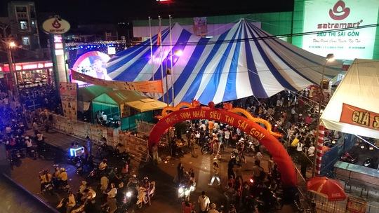 Đông nghẹt khách bên ngoài Siêu thị Sài Gòn tối 27-9