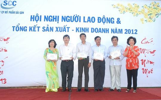 Chị Nguyễn Thị Kim Phụng (bìa trái) trong Hội nghị Người lao động  và tổng kết sản xuất - kinh doanh năm 2012 của Công ty CP Mỹ phẩm Sài Gòn