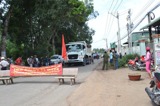 Người dân ấp Hương Phước, xã Tân Cang ngăn đường chặn xe ben sáng 28-9