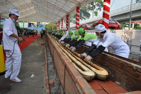 Đội ngũ nhân viên và tình nguyện viên của Siêu thị Sài Gòn thực hiện chiếc bánh mì kỷ lục