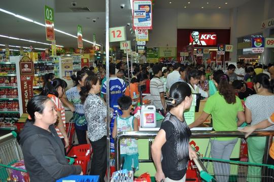 Tấp nập khách đến tham quan mua sắm