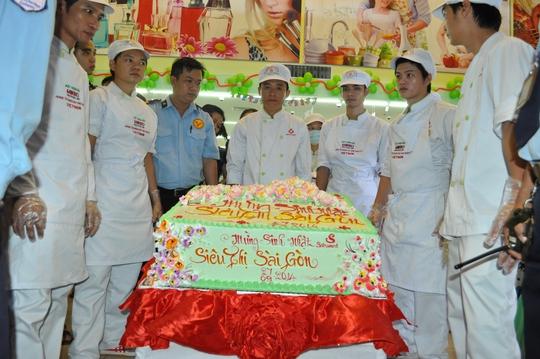 Chiếc bánh kem mừng sinh nhật Siêu thị Sài Gòn thực hiện bởi đội ngũ nhân viên SATRA Bakery