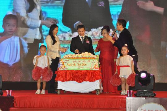 Cắt bánh mừng sinh nhật Siêu thị Sài Gòn tròn 13 tuổi