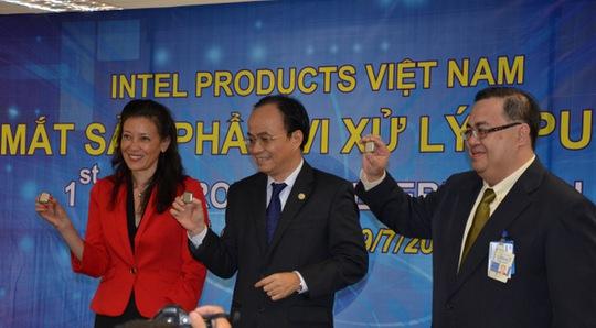 """Bà Sherry Boger, Tổng Giám đốc Intel Products Việt Nam trong lễ công bố bộ xử lý Intel Core i thế hệ thứ 4 """"Made in Vietnam"""" đầu tiên, diễn ra tại Thành phố Hồ Chí Minh"""