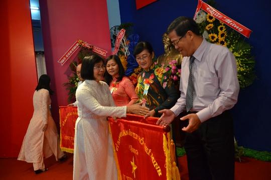 Bà Nguyễn Thị Thu Hà, Ủy viên Trung ương Đảng, Phó Bí thư Thành ủy, tặng cờ thi đua của UBND TP HCM cho các đơn vị xuất sắc. ẢNH: TẤN THẠNH