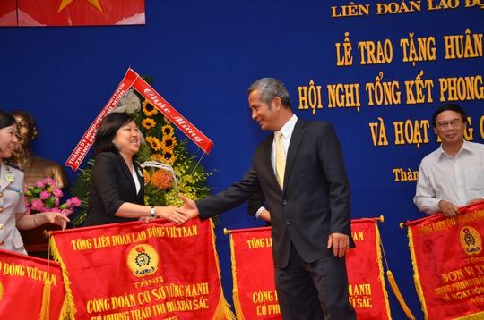 Ông Đặng Ngọc Tùng, Chủ tịch Tổng LĐLĐ Việt Nam trao cờ thi đua của Tổng LĐLĐ Việt Nam cho các tập thể điển hình ẢNH: TẤN THẠNH